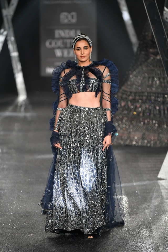 Falguni-and-Shane-Peacock-India-Couture-Week-Outfits