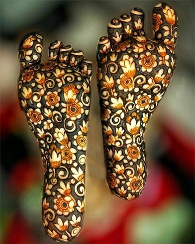 henna-designs-on-the-sole-of-foot