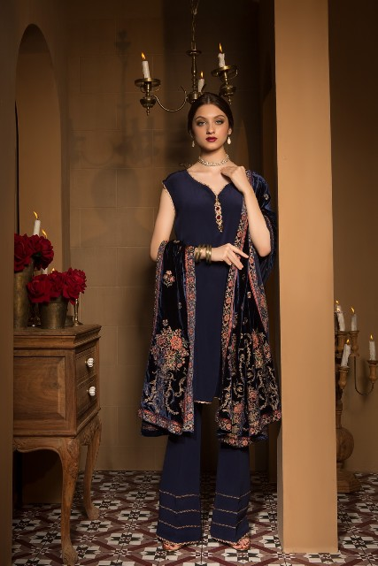 Bareeze-Luxury-Winter-Embroidered-Dresses-Shawls-Designs