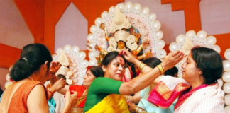 Bengali-women-celebrate-this-day-by-putting-sindoor